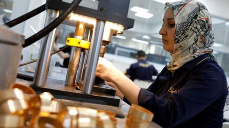 Eine Goldschmiedin produziert Armbänder in der Ahlatcı-Metallraffinerie in der zentralanatolischen Stadt Çorum, Türkei, 11. Mai 2017.