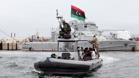 Flüchtlinge werden an Bord eines Bootes der libyschen Küstenwache nach Tripolis gebracht.