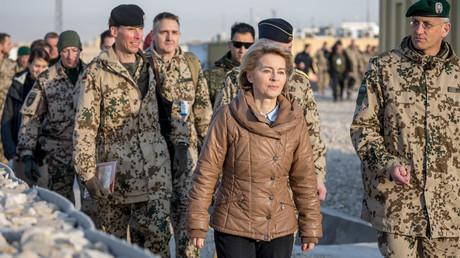Bundesverteidigungsministerin Ursula von der Leyen mit Soldaten in Afghanisten