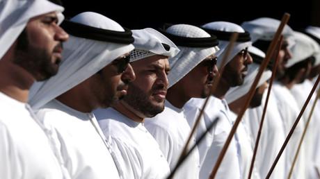 Emiratische Männer führen einen traditionellen Tanz auf während eines Fests in Sweihan, Vereinigte Arabische Emirate 2. Februar 2018.