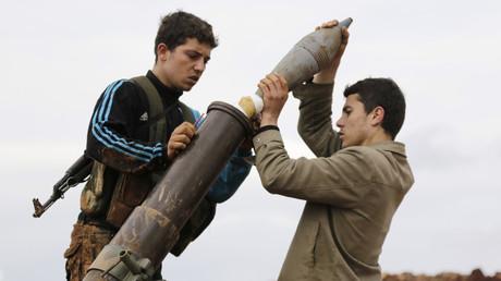 Mitglieder der al-Nusra-Front, einem Ableger der al-Kaida-Terrororganisation, bereiten sich hier 2015 darauf vor, eine Mörsergranate auf Streitkräfte der syrischen Armee zu feuern. Laut einem Bericht bekam die Terrorgruppe Waffen aus mehreren Balkanländern.