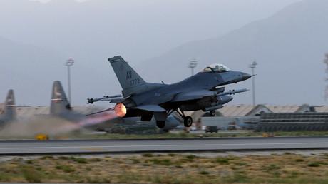 Auf dem Weg zu ihrem Kampfeinsatz: Eine F-16 der U.S. Air Force beim Start vom Baghram Airfield in Afghanistan.