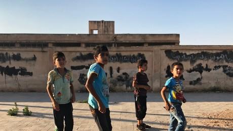 Kinder im Dorf Alma in der Provinz Daraa in Syrien. Die Bewohner des Dorfes kehrten nach der Befreiung von den Terroristen in ihre Häuser zurück.