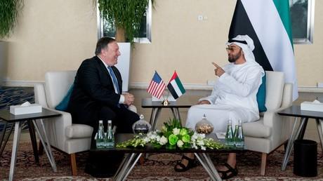 US-Außenminister Mike Pompeo (L) und Abu Dhabis Kronprinz Scheich Mohammed bin Zayed Al Nahyan treffen sich am 10. Juli 2018 im Al-Schati-Palast in Abu Dhabi.