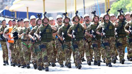 Soldaten der italienischen Armee marschieren während der Militärparade zum Tag der Republik in Rom, Italien, 2. Juni 2018.