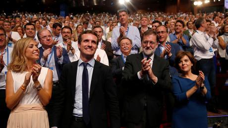 Pablo Casado nach seiner Wahl zum neuen Vorsitzenden der konservativen spanischen Volkspartei (PP), neben seiner Frau Isabel Torres Orts (links) und seinem Vorgänger, dem ehemaligen spanischen Ministerpräsidenten Mariano Rajoy.