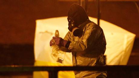 Britischer Rettungsdienst in Schutzkleidung in der Nähe der Bank, wo der ehemalige russische Doppelagent Sergej Skripal und seine Tochter Yulia am 13. März 2018 in Salisbury, Großbritannien, vergiftet aufgefunden wurden.