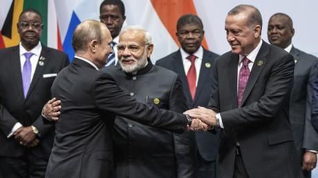 Russlands Präsident Wladimir Putin, Indiens Premierminister Narendra Modi und der türkische Präsident Recep Tayyip Erdoğan begrüßen sich bei ihrer Ankunft für ein BRICS-Gruppenfoto.