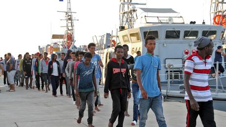 Afrikanische Migranten, die nach Angaben der libyschen Marine von der Küstenwache gerettet wurden, erreichen am 12. Juli 2018 den Marinestützpunkt der Hauptstadt Tripolis.