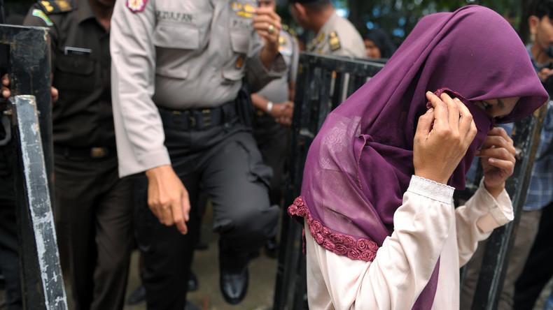 Strafe für Sex ohne Ehe: Indonesische Sittenpolizei übergießt Liebespaar mit Jauche