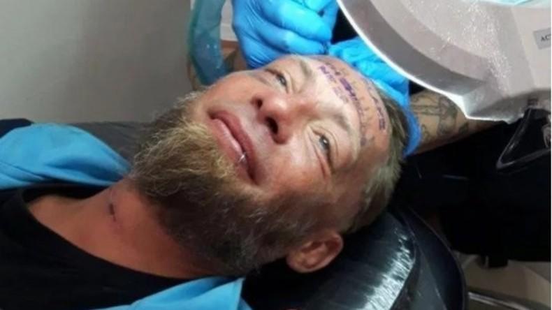 Entsetzen in Spanien: Briten bezahlen Obdachlosen für Stirn-Tattoo