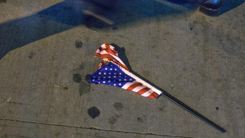 USA: Nazi-Flagge am Fahnenmast, US-Flagge zerknittert daneben
