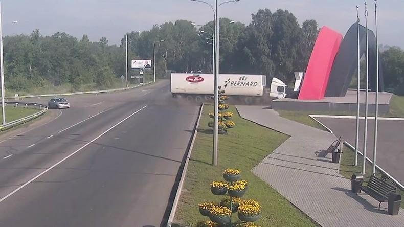 LKW rast in Betonskulptur an Stadteinfahrt von Nowokusnezk