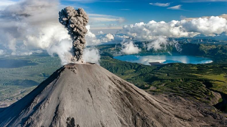 Russischer Vulkan spuckt riesige Aschewolken aus