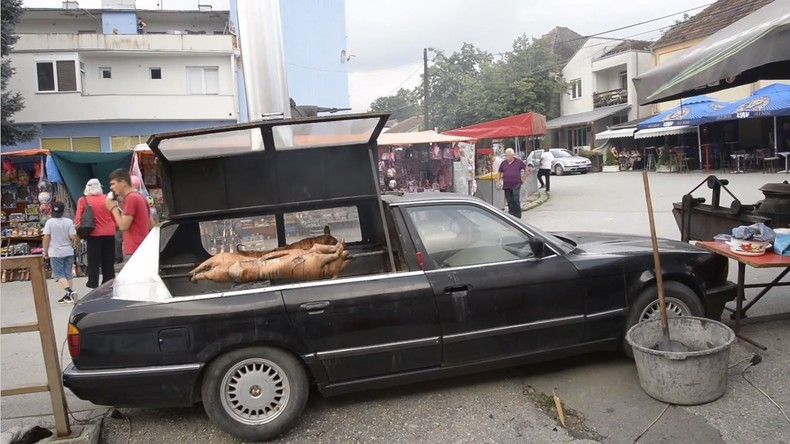 BMW-Ferkelgrill: Serbe baut Gebrauchtwagen zum BBQ-Mobil um
