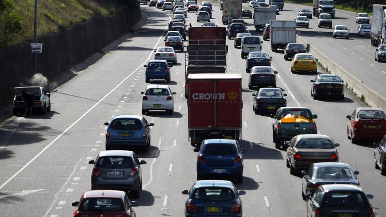 Autobahnhorror: Lkw-Teil durchschlägt Windschutzscheibe des Autos dahinter - Dashcam filmt