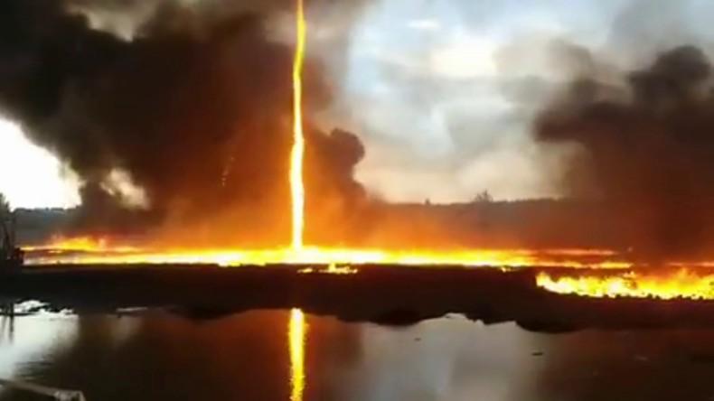 Feuertornado: Feuerwehrleuten im englischen Derbyshire gelingen spektakuläre Aufnahmen