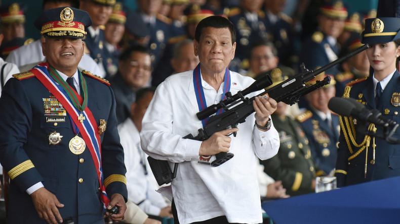 """""""Ich lasse euch umbringen!"""" Duterte teilt korrupten Polizisten Schelte vor TV-Kameras aus"""