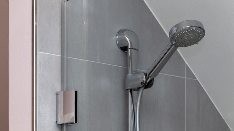 Mann bot Unterkunft in seinem Haus an und filmte nackte Frauen in Badezimmer