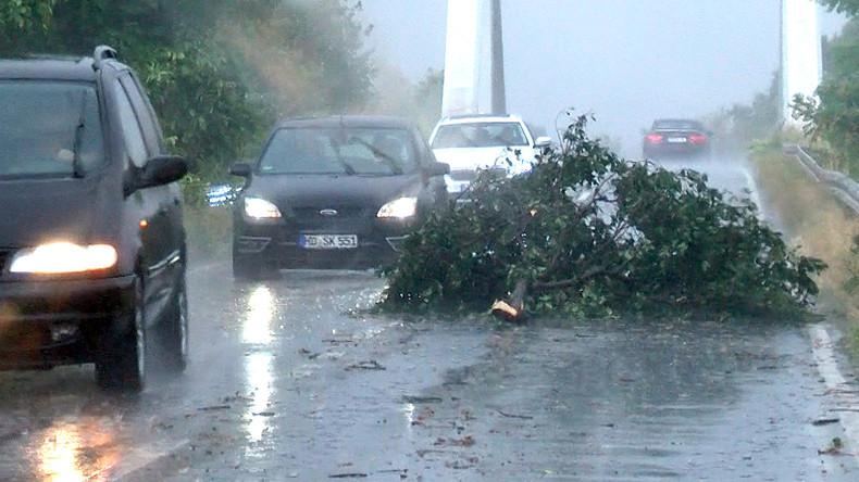 Starkes Unwetter legt vielerorts Verkehr lahm - mehrere Verletzte