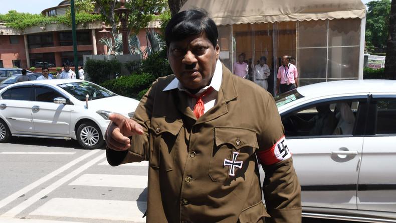 Mehr Nachdruck für politische Anliegen: Indischer Abgeordneter kommt im Hitler-Look  zur Sitzung