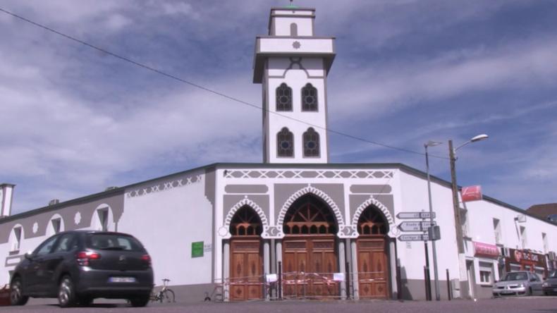 """Absicht? PKW rast in Moschee in Frankreich: """"Zehn Minuten früher und es wäre ein Massaker gewesen"""""""