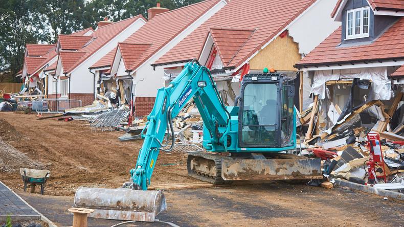 Kein Lohn - kein Haus: Arbeiter zerstört von ihm gebaute Bungalows, da er nicht bezahlt wurde