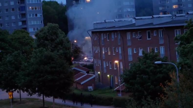Chaos in Schweden: Vermummte ziehen durch Ortschaften und zerstören systematisch fast 90 Pkws