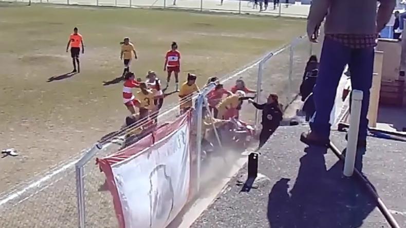 Frauenfußball: Teams gehen aufeinander los und liefern sich wüste Massenschlägerei