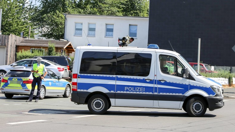 Razzia nach Streit von zwei Großfamilien: Hunderte Polizisten durchsuchen Wohnungen in Nienburg