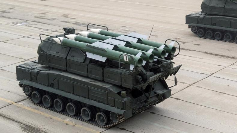 """Ukrainisches Militär probt Heerschau in Kiew – """"Buk""""-Startfahrzeug rammt gegen Gebäude"""