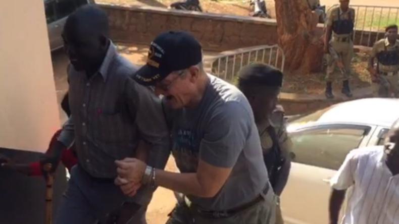"""Du hasst Jesus"": US-Missionar wegen rassistischer Übergriffe in Uganda angeklagt (VIDEO)"