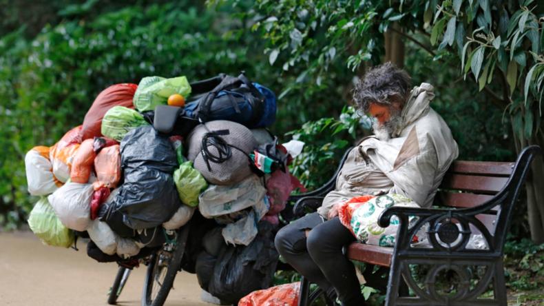 Polizei räumt Zeltplatz von Obdachlosen in Londoner Straße wegen Umweltproblemen und erntet Kritik