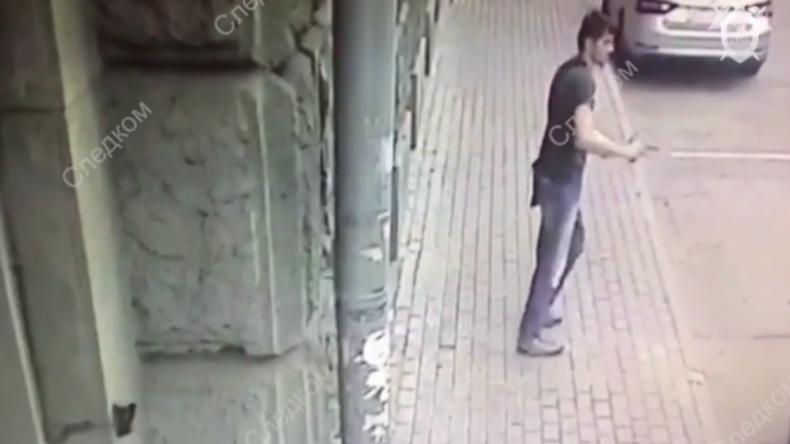 Überwachungskamera in Moskau: Mann eröffnet aus heiterem Himmel Feuer auf Polizisten