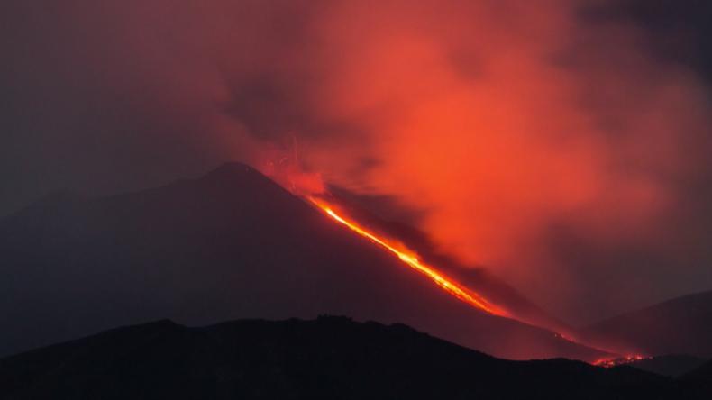 Italien: Spektakuläre Natur - Vulkan Ätna auf Sizilien spuckt Lava und Asche