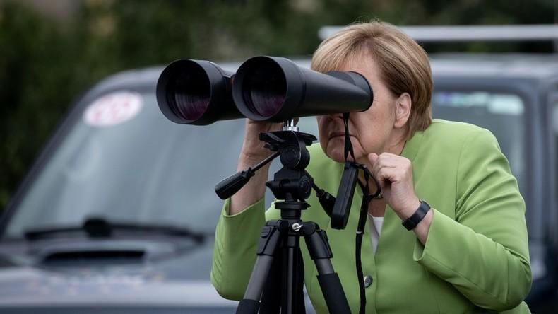"""Was hat Angela gesehen? Internet scherzt über Merkel, die """"Putins Militärbasis"""" mit Fernglas ansieht"""