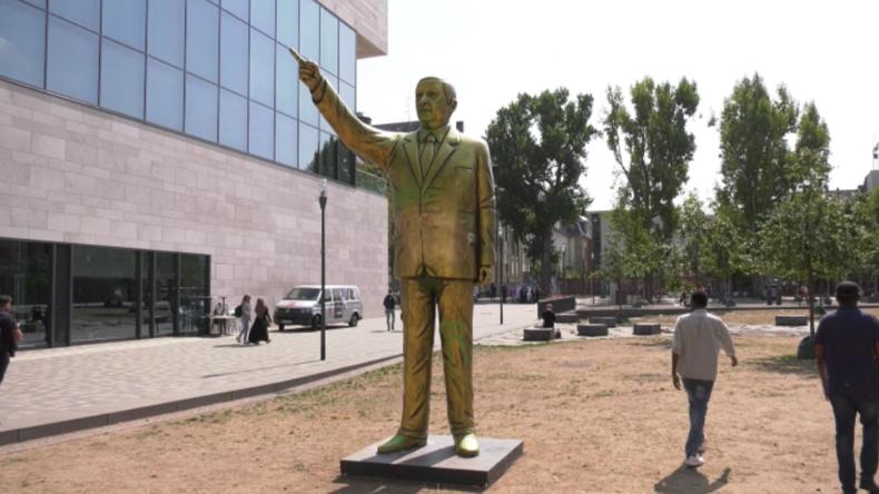 Goldene Erdogan-Statue in Wiesbaden wegen Sicherheitsbedenken wieder abgebaut