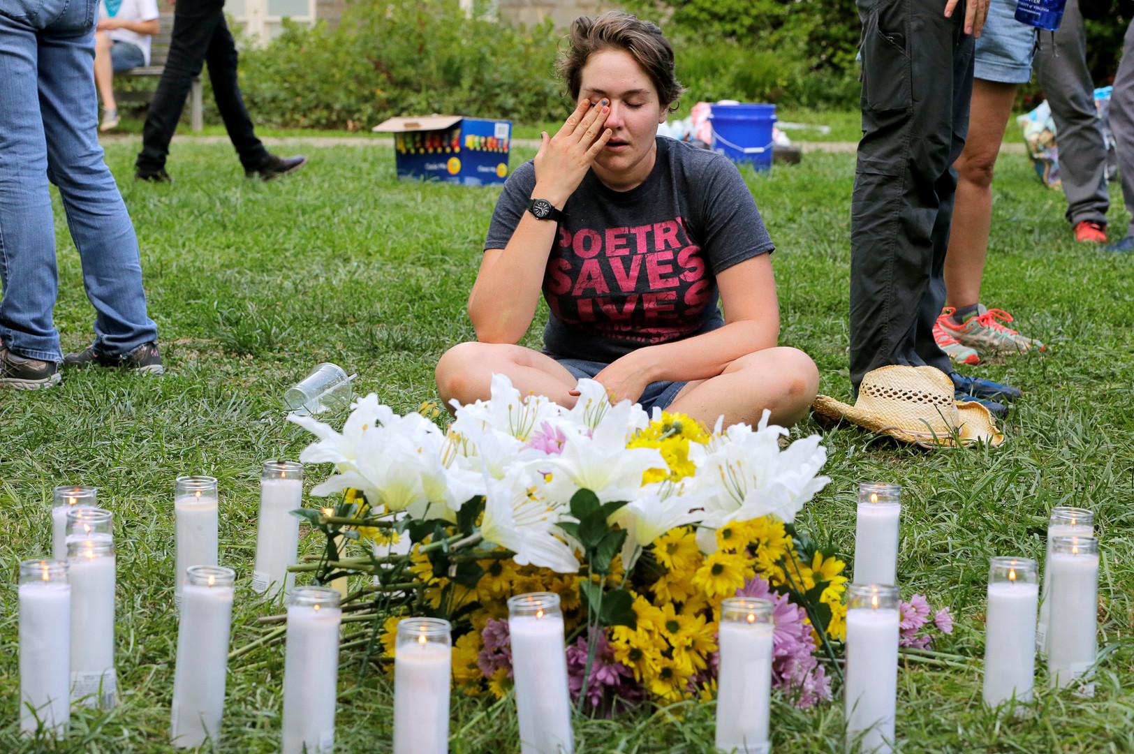 Eine Anwohnerin gedenkt der Opfer von Charlottesville. Eine Frau wurde getötet, 19 Menschen verletzt. Ein Mann steuerte sein Fahrzeug absichtlich in linke Demonstranten. Die Verhandlungen gegen ihn laufen derzeit. Virginia, USA, 12. August 2017.