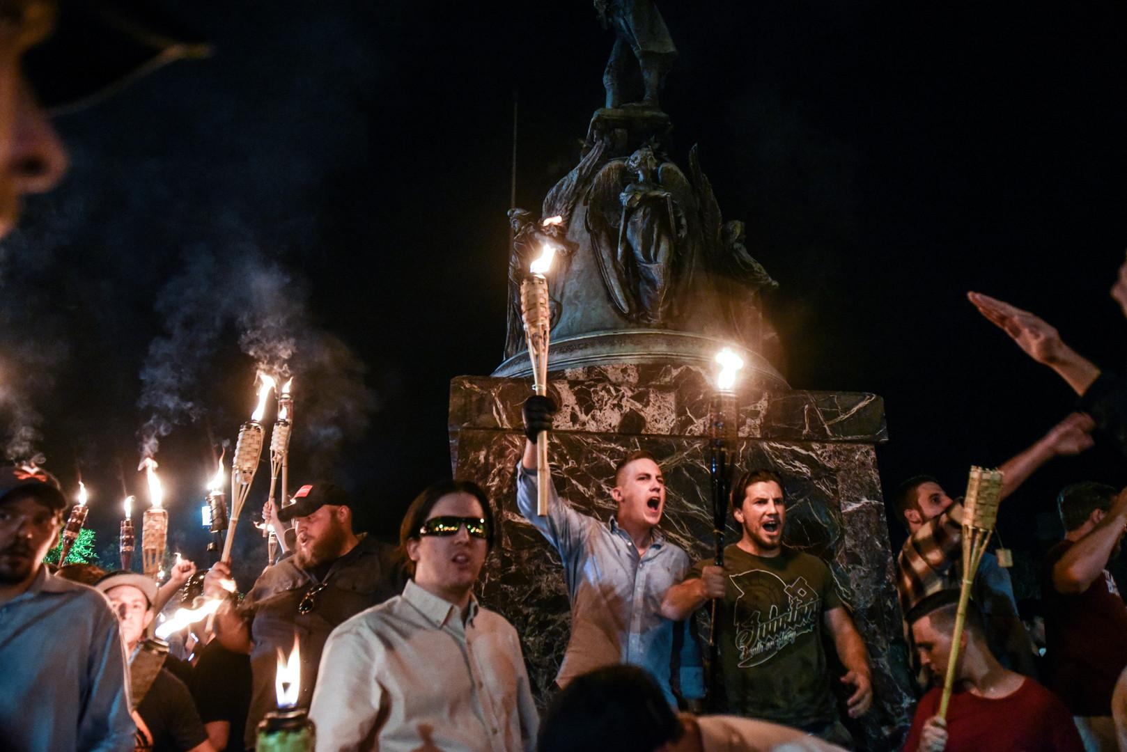 Weiße Nationalisten marschieren auf dem Gelände der Universität von Virginia, Charlottesville, USA, 11. August 2017.