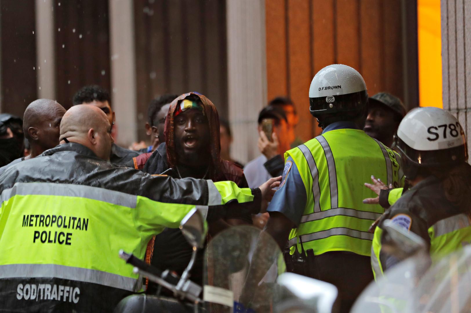 Polizisten drängen Gegendemonstranten zurück, Washington, U.S., August 12, 2018.