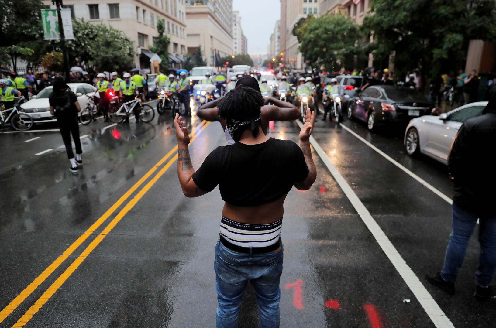 """Gegendemonstranten warten auf die """"Weißen Nationalisten"""" ein Jahr nach Charlottesville, Washington, USA, 12. August 2018."""