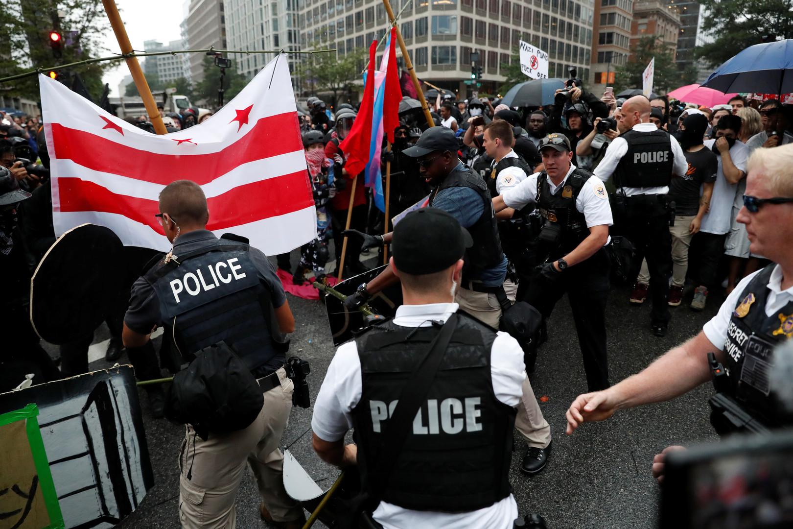 Polizisten versuchen Demonstranten davon abzuhalten mit den Nationalisten zusammenzustoßen. In Charlottesville war es 2017 zu blutigen Auseinandersetzungen zwischen den verschiedenen Lagern gekommen. Die Polizei hatte versäumt die Demonstranten und die Gegendemonstranten voneinander fernzuhalten.