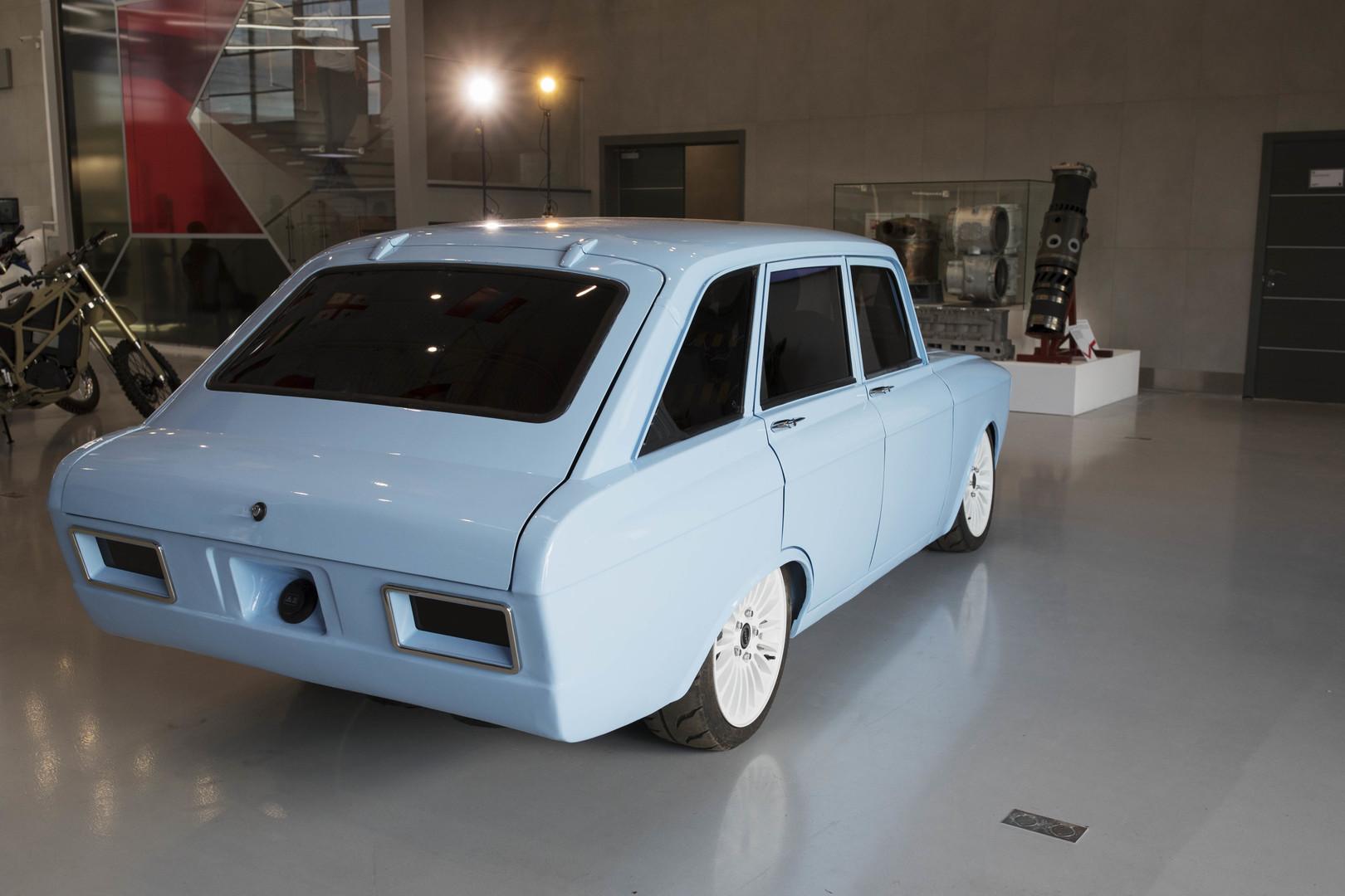 """""""Was sagst du dazu, Elon Musk?"""": Kalaschnikow präsentiert sein Elektroauto-Konzept und erntet Spott"""