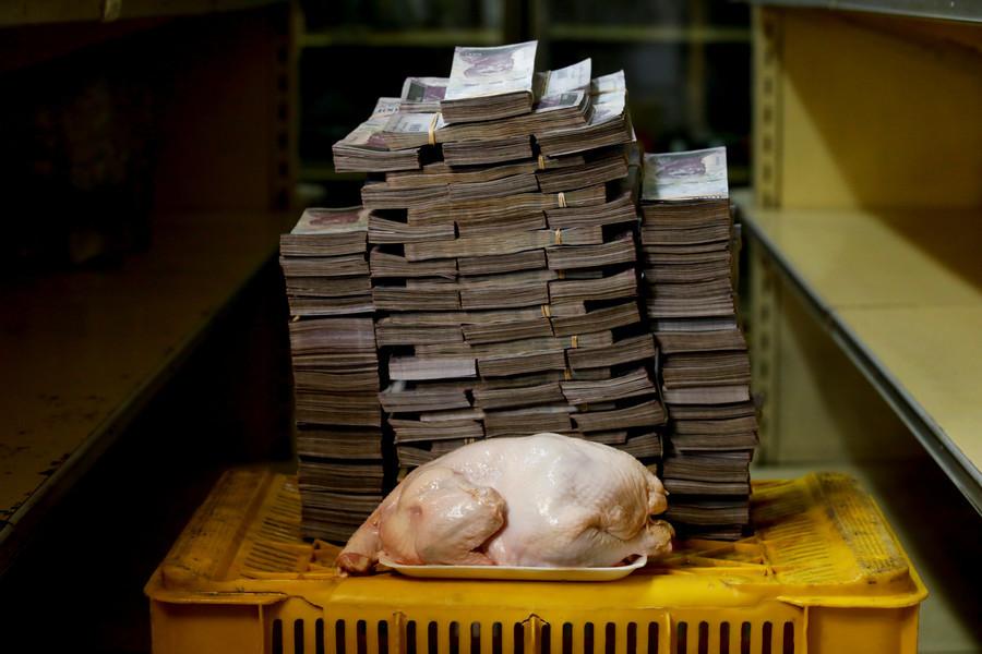 Ein 2,4 Kilogramm schweres Huhn kostet 14.600.000 Bolivars, das entspricht 2,22 US-Dollar.