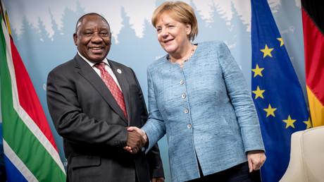 Bundeskanzlerin Angela Merkel begrüßt den südafrikanischen Präsidenten Cyril Ramaphosa vor einem bilateralen Treffen im Anschluss an eine Plenarsitzung mit den sogenannten Outreach-Ländern während des letzten G7-Treffens.