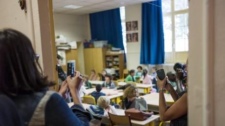 Symbolbild: Eltern machen Fotos ihrer Kinder im Unterricht mit Mobiltelefonen, Paris, Frankreich, 2. September 2014.