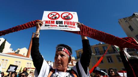 Ein Demonstrantinvor dem portugiesischen Parlament während eines Protestes gegen die Öl- und Gasbohrungen in der Algarve, in Lissabon, Portugal, 14. April 2018. Auf dem Banner steht: