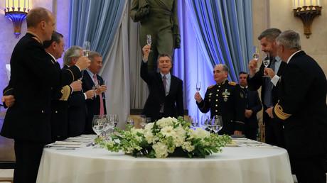 Buenos Aires am 31. Juli: Argentiniens Präsident Mauricio Macri und führende Militärs des Landes erheben ihre Gläser auf das Wohl der Armee.