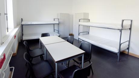 Ein spärlich eingerichtetes Schlafzimmer im Transitzentrum für Asylbewerber im bayerischen Manching. Nun wurde diese Einrichtung in das sogenannte Ankerzentrum umgewandelt, von denen insgesamt sieben am 1. August in Bayern gestartet sind.