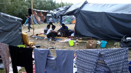 Auf diesem Bild sind Migranten in einem provisorischen Zeltlager in der Stadt Velika Kladuša in Bosnien und Herzegowina zu sehen. Die lokalen Behörden appellierten bereits sowohl an die eigene Regierung als auch an die EU, die Lage vor dem Herbst- und Wintereinbruch zu einer Lösung zuzuführen.